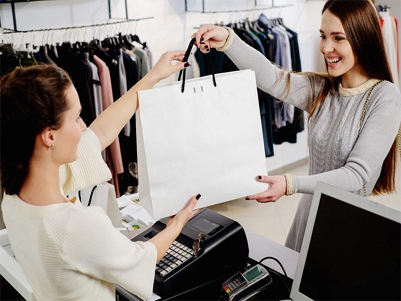 Mơ thấy đi bán quần áo báo hiệu bạn sắp được thăng tiền.